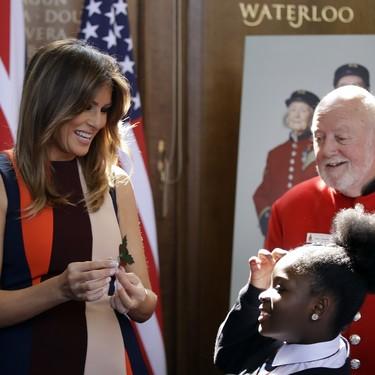 Melania Trump muestra su cara más amable con un bonito vestido multicolor de Victoria Beckham