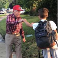 La conmovedora historia de Wally, el anciano que anima a los niños de una escuela a luchar por sus sueños