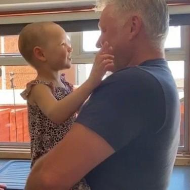 Las lágrimas de felicidad de una niña de cuatro años con leucemia al ver a su padre tras siete semanas separados por el Covid-19