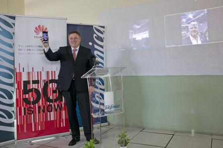 Jeronimo Vilchez Director Territorial Sur De Telefonica Estableciendo La Videollamada Desde Malaga