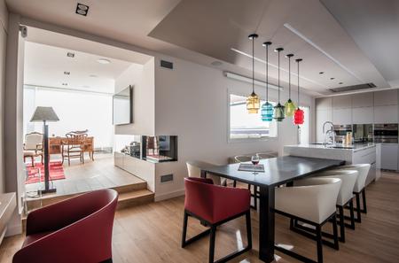 Puertas abiertas: una vivienda familiar con estancias conectadas y decoración ecléctica