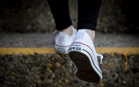 5 zapatillas blancas de marca que encontrarás en oferta en