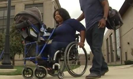 Un estudiante crea un invento para que una madre en silla de ruedas pueda pasear con su bebé