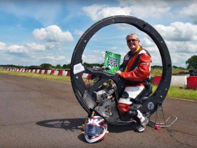 ¿Casi 100 km/h dentro de una rueda gigante? Sí, es el nuevo Récord Guinness de velocidad en monowheel