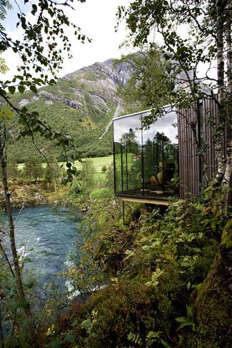 En Noruega, en plena naturaleza, un hotel en forma de palafitos