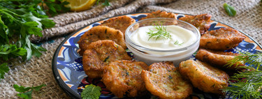 Kolokithokeftedes o buñuelos de calabacín y queso feta, receta tradicional griega