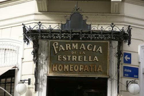 Las farmacias se han convertido en un bazar: homeopatía y pseudorremedios mientras conservan sus privilegios