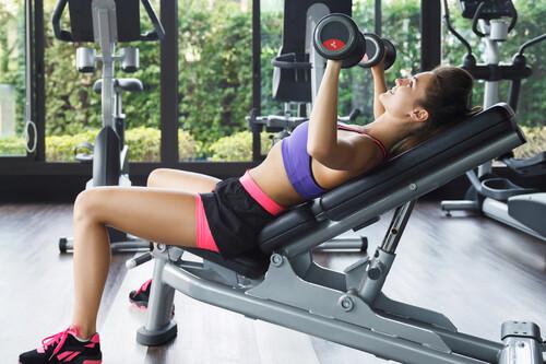 Cinco ejercicios de pecho con mancuernas que puedes hacer en el gimnasio y en casa