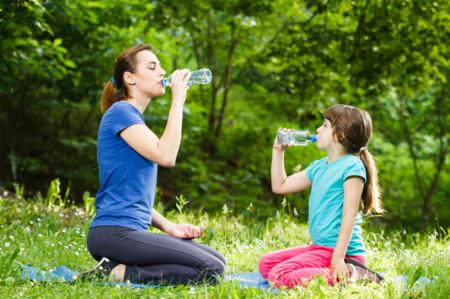 El agua, la mejor bebida para niños deportistas