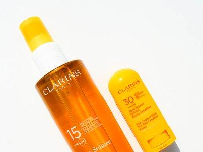 Probamos las nuevas armas de Clarins para protegernos del sol: Spray Solar y Stick Solar para pieles sensibles