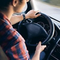 Sí, te pueden multar por conducir con chanclas, beber al volante o sacar el codo por la ventanilla del coche