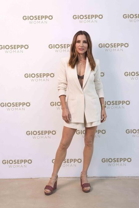 Elsa Pataky luce el perfecto look de verano: traje de lino y sandalias de cuña