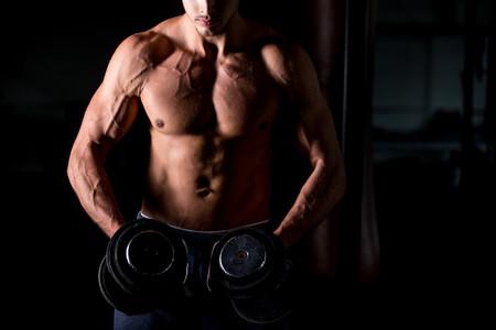 Seis variaciones del press (y un ejercicio extra) para entrenar tu pectoral con pesas