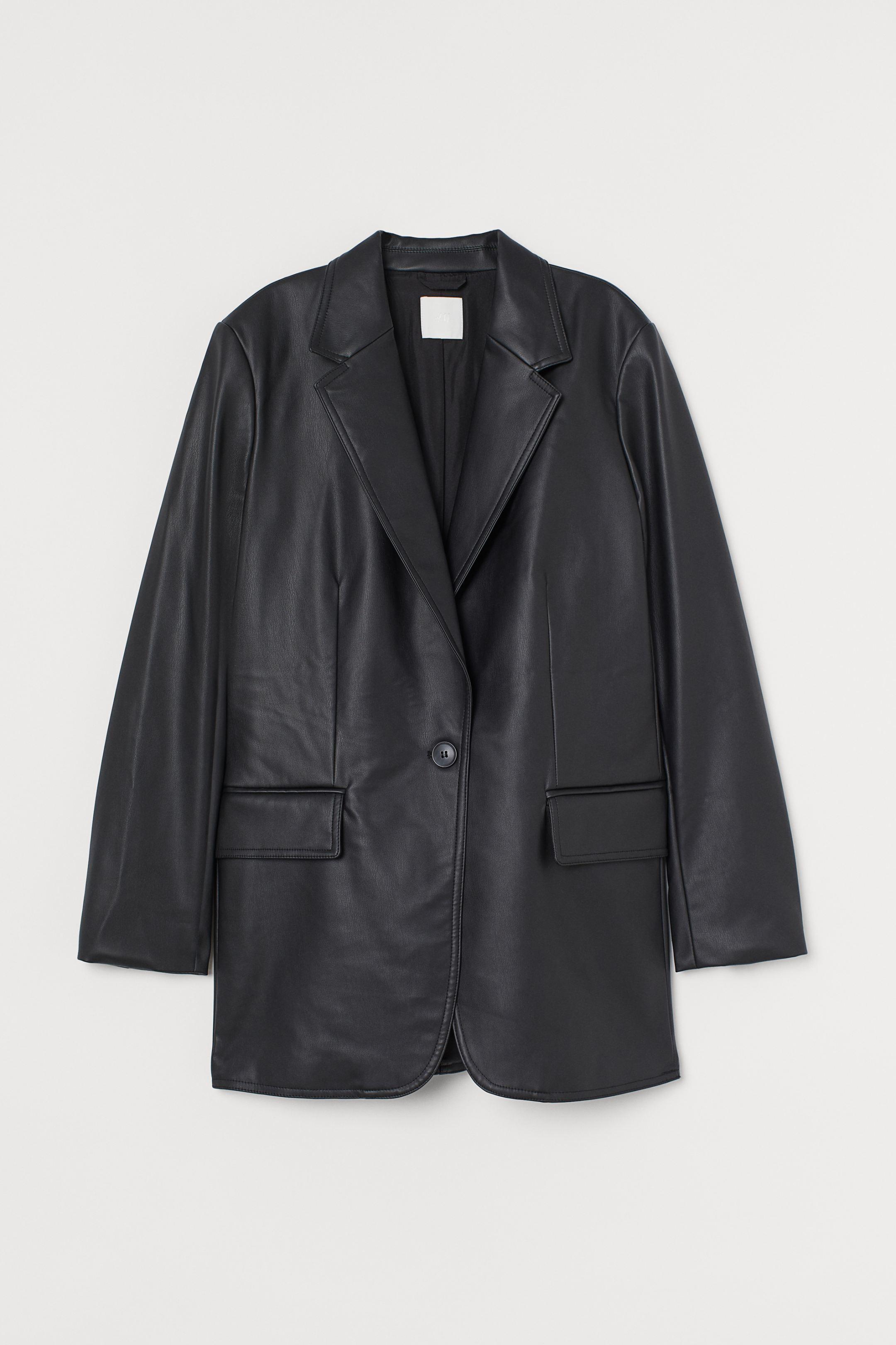 Americana oversize en piel sintética con solapas de muesca, cierre de un botón y bolsillos delanteros con solapa. Forro en tejido de poliéster reciclado.