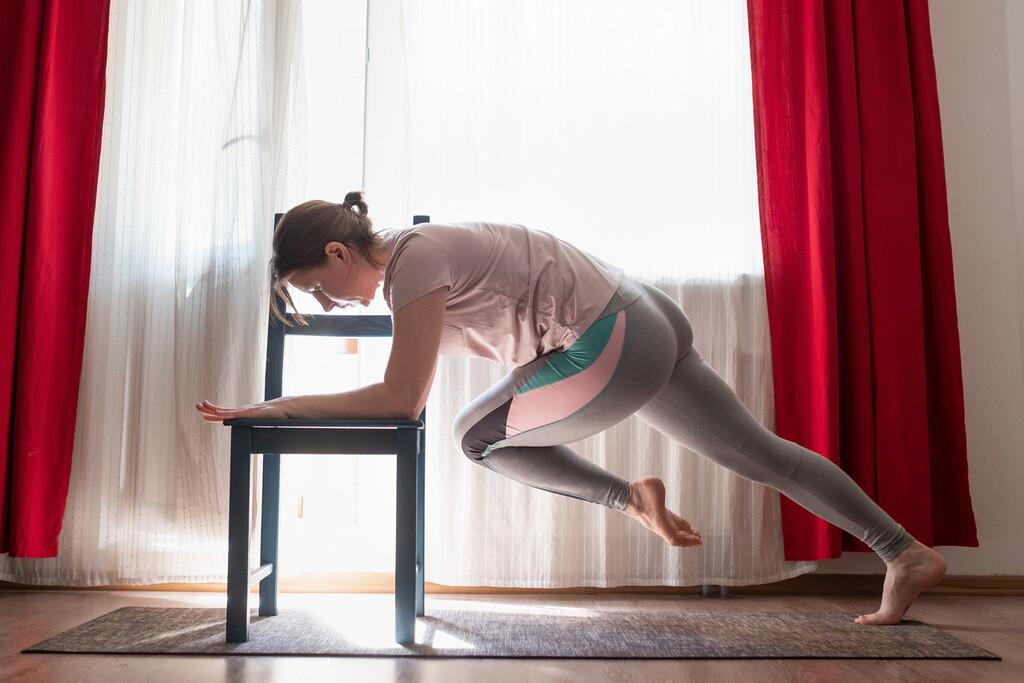 Entrena tus abdominales en casa solo con una silla: te enseñamos a hacerlo con esta rutina