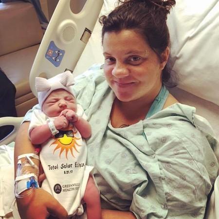No la esperaban y nació horas antes del eclipse solar: ¿adivina qué nombre le pusieron a la niña?