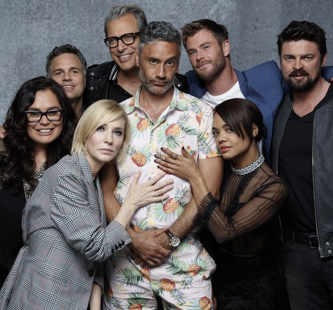 Taika Waititi con el reparto de Thor: Ragnarok