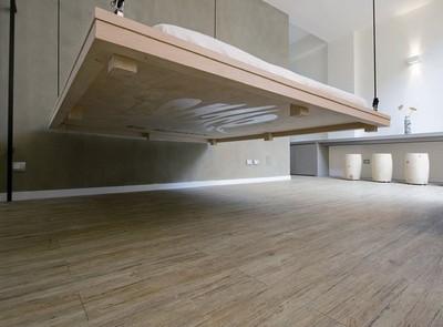 Camas artísticas que suben al techo, una buena solución para apartamentos pequeños
