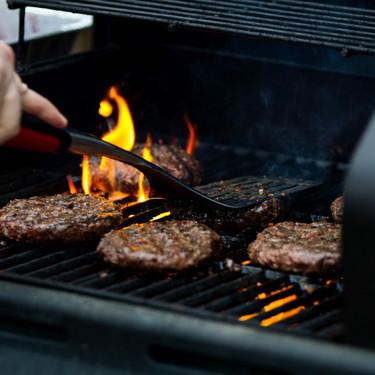 De carne, pescado y vegetarianas: siete recetas de hamburguesas y siete accesorios para triunfar con ellas