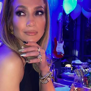 Jennifer Lopez se une a la logomanía en la manicura con unas uñas de Versace