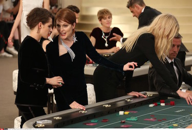 ¿Te imaginas cómo es una sesión de fotos entre una estrella y el señor Karl Lagerfeld? Chanel nos lo enseña