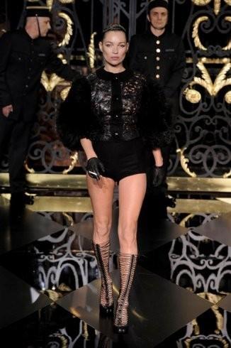 Kate Moss regresa a las pasarelas fumándose su piti y con Louis Vuitton de la mano... olé