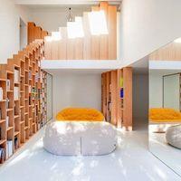 Puertas abiertas: una estantería para libros como protagonista en la vivienda