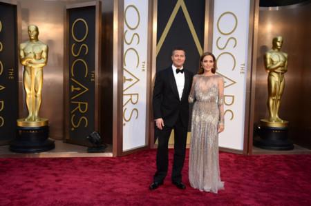 Angelina Jolie (de Elie Saab) y Brad Pitt, la pareja más buscada de los Oscar 2014