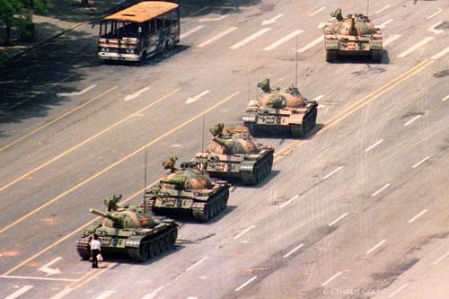 """Fotos míticas de la historia: 'El hombre del tanque de Tiananmen', la imagen que """"nunca existió"""" pero captaron cuatro fotógrafos"""