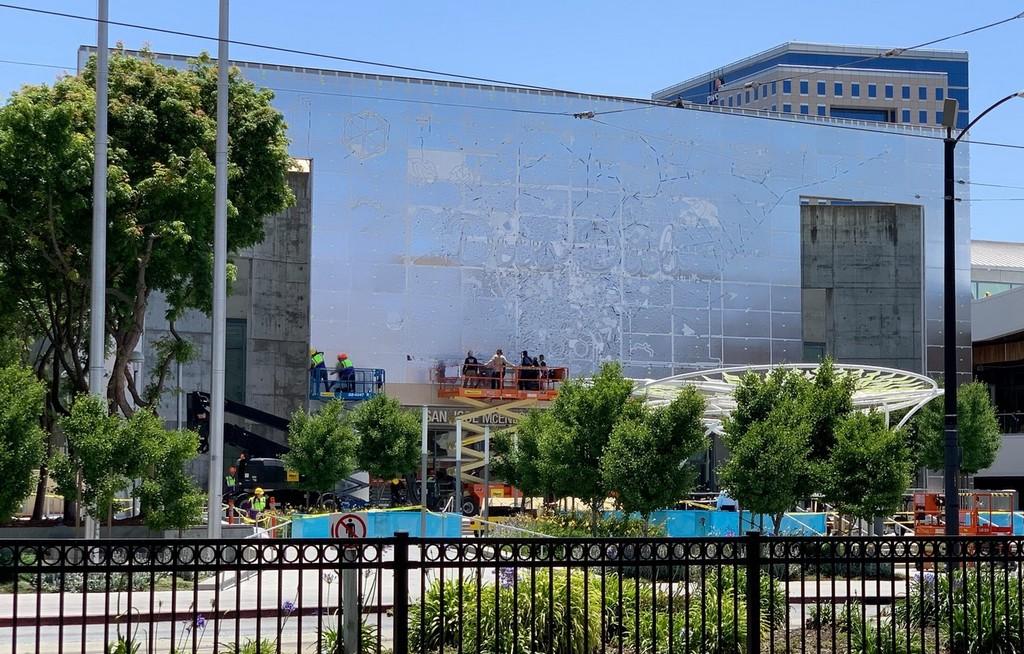 Todo casi a punto: El centro de convenciones McEnery prepara la decoración de la WWDC19
