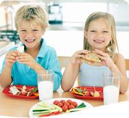 Los niños comen más cuando están en grupo