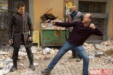 Joss Whedon da instrucciones a Jeremy Renner durante el rodaje de Vengadores 2