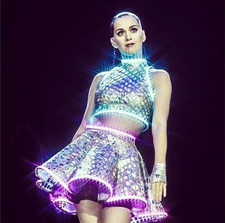 Katy Perry pega un resbalón durante su actuación en Florida haciendo honor a su Walking on Air