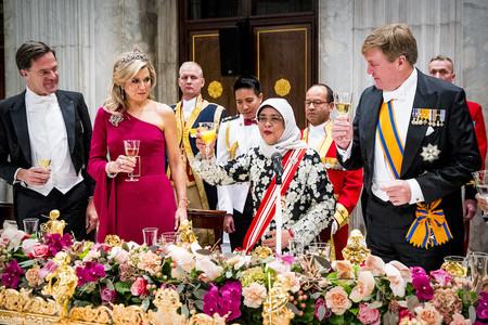 Las asimetrías y el color vino vuelven a conseguir un look casi perfecto en la Reina Máxima de Holanda