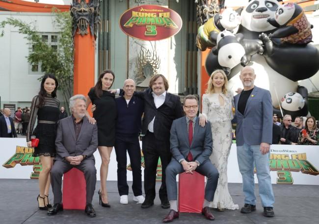 Jeffrey Katzenberg rodeado por el elenco del film: Lucy Liu, Dustin Hoffman, Angelina Jolie, Jack Black, Bryan Cranston, Kate Hudson y J.K. Simmons