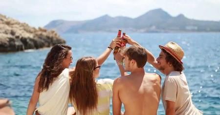 Este verano puedes vistar con tus amigos la fábrica de Estrella Damm y terminar el día en una playa perfecta con cerveza incluida