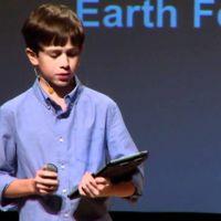 Otro niño prodigio del desarrollo, Thomas Suarez, dando una charla TED
