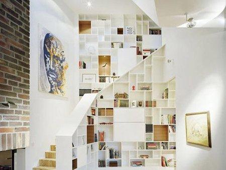 Una buena idea: estantería de obra en las escaleras