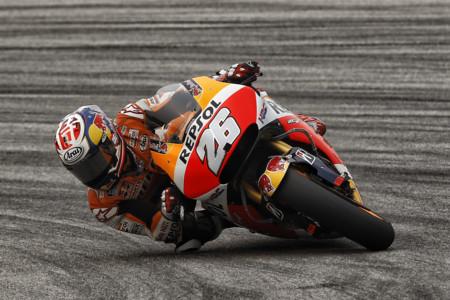 El bochorno en Sepang lo pone Valentino Rossi en una gran victoria de Dani Pedrosa