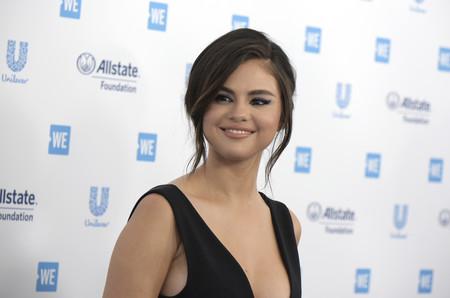 Muy atentas al delineado en azul de Selena Gomez y Lily Collins que querréis copiar en tus próximos eventos