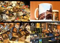 Exposición de souvenirs turísticos