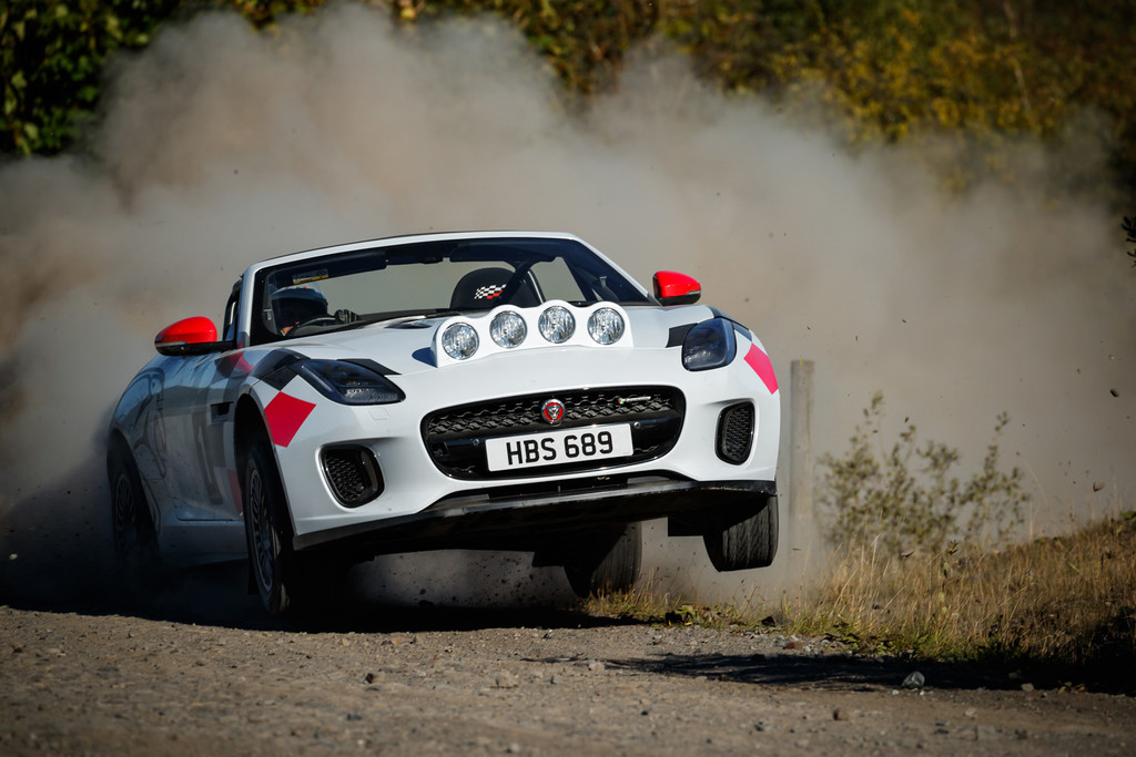 Así es el Jaguar F-Type de rally que celebra el pasado de la marca, y puedes verlo en acción en este vídeo