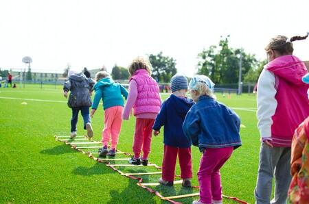Chollos en ropa deportiva infantil en El Corte Inglés con descuentos de hasta el 60% en chándales, pantalones o forros polares
