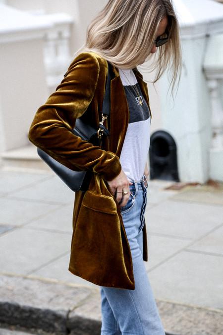 Las chicas de moda nos muestran la importancia de tener a mano una chaqueta de terciopelo de mujer