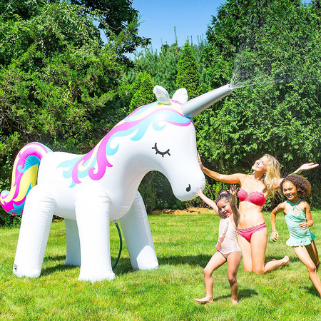 El hinchable más original del verano: un unicornio gigante con efecto aspersor que querrían las Kardashian o Georgina Rodríguez