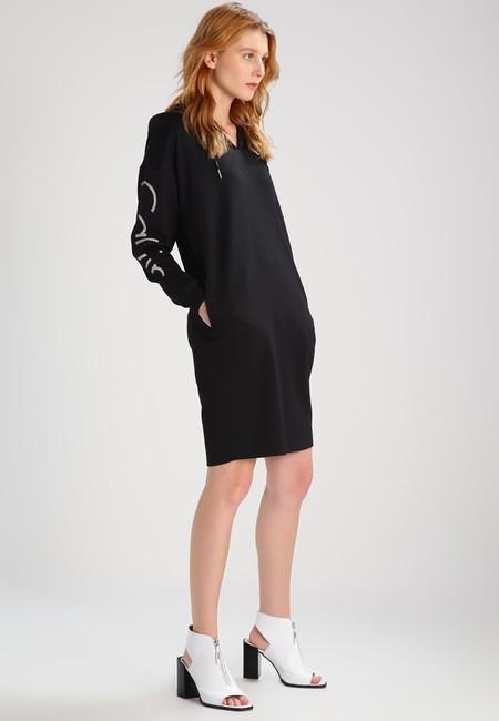 40% de descuento en Zalando en este vestido negro de Calvin Klein Jeans: se queda en 71,95 euros con envío gratis