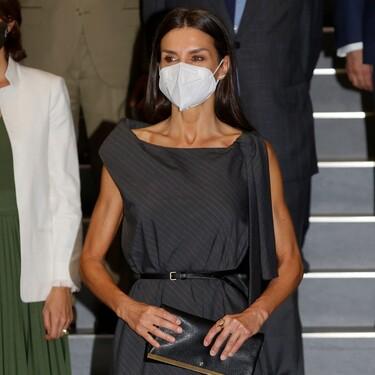Doña Letizia luce el perfecto look working girl con un vestido reivindicativo y con un toque muy sensual