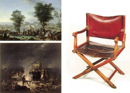 El guarda de un museo se sienta en la silla de campaña de Napoléon, y la raja