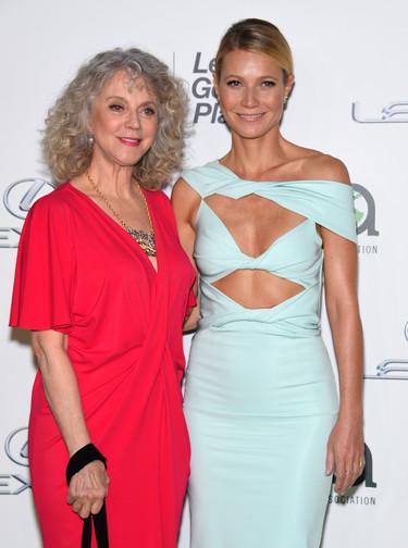 Gwyneth Paltrow se lía la manta a la cabeza y luce un look con cut outs en los EMA Awards