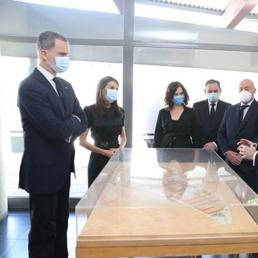 Doña Letizia luce un 'look total black' muy sofisticado en el minuto de silencio del último día del luto oficial
